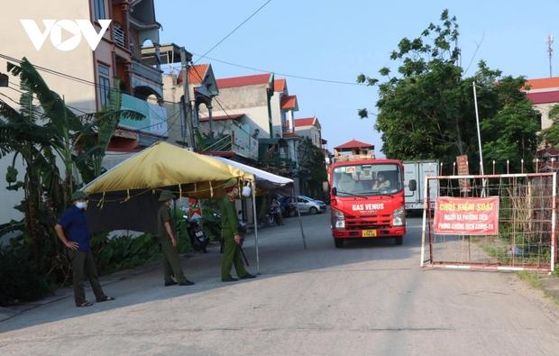 Hai công nhân mắc COVID-19, Bắc Ninh lấy mẫu test nhanh cả đêm - Ảnh 3.