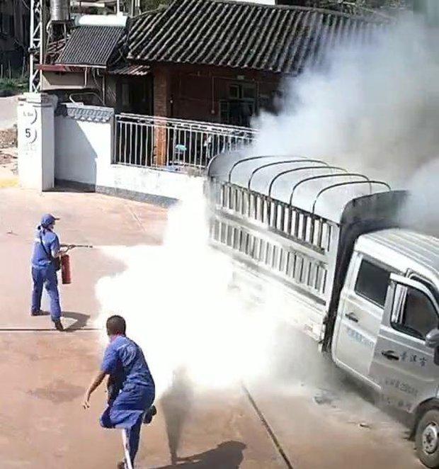 Xe chở hàng bốc cháy ngùn ngụt lao như bay vào trạm xăng bên đường, cảnh tượng tiếp theo khiến dân tình nín thở - Ảnh 3.