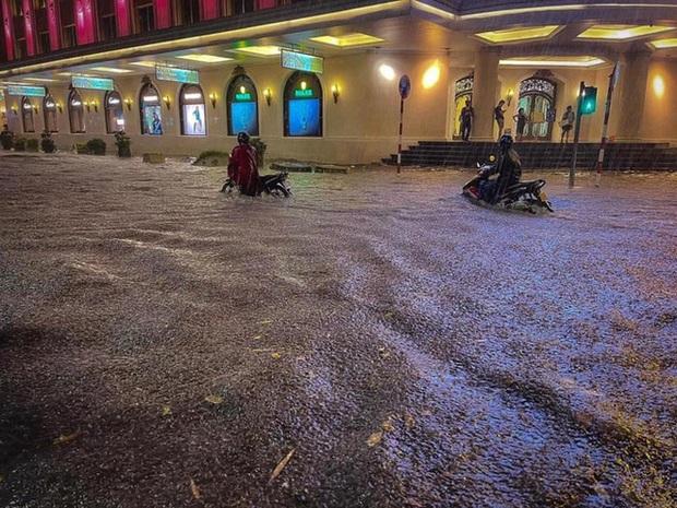 Vì sao nhiều tuyến phố quanh hồ Gươm thành sông, giao thông tê liệt sau cơn mưa vàng? - Ảnh 5.
