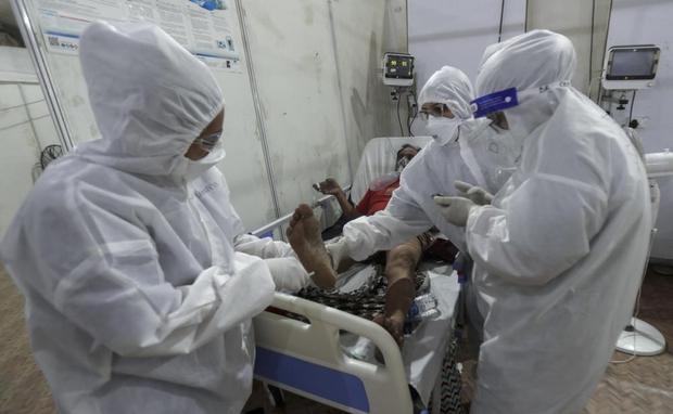 Bên trong bệnh viện dã chiến điều trị cho hàng nghìn bệnh nhân Covid-19 ở Ấn Độ - Ảnh 4.