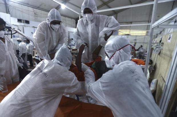 Bên trong bệnh viện dã chiến điều trị cho hàng nghìn bệnh nhân Covid-19 ở Ấn Độ - Ảnh 6.