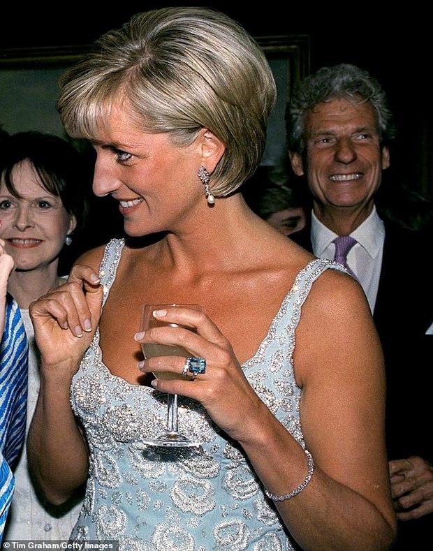 Meghan Markle lôi cả Công nương Diana vào cuộc chiến thách thức Hoàng gia Anh, bằng chứng ở một món phụ kiện nhỏ xíu - Ảnh 7.