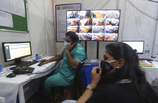 Bên trong bệnh viện dã chiến điều trị cho hàng nghìn bệnh nhân Covid-19 ở Ấn Độ - Ảnh 9.