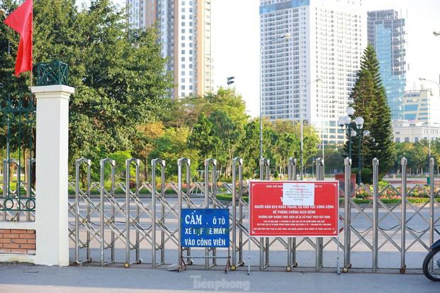 Hà Nội lập chốt ngăn người dân vượt rào tập thể dục ở công viên, vườn hoa - Ảnh 10.