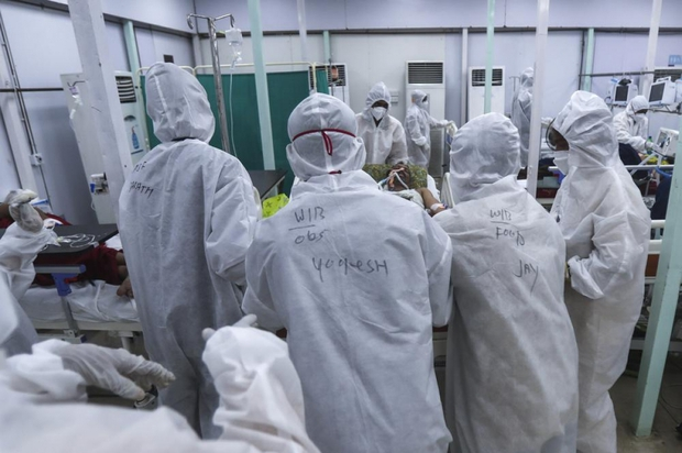 Bên trong bệnh viện dã chiến điều trị cho hàng nghìn bệnh nhân Covid-19 ở Ấn Độ - Ảnh 10.