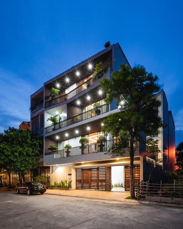 căn nhà 4 tầng nổi bật ở cuối ngõ, thiết kế táo bạo với ban công hình phễu - ảnh 2.