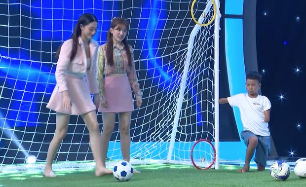 Hari Won mặc kệ váy ngắn, khoe tài đá bóng bên Hoa hậu Lương Thùy Linh - Ảnh 5.