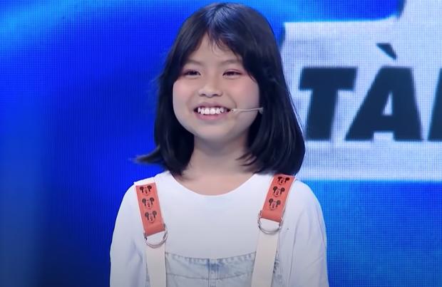 Hari Won mặc kệ váy ngắn, khoe tài đá bóng bên Hoa hậu Lương Thùy Linh - Ảnh 6.