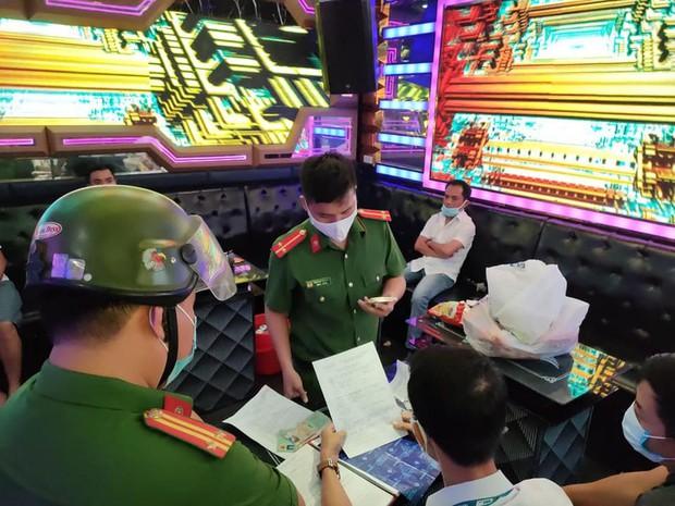 Bất chấp lệnh cấm, 5 thanh niên vẫn say sưa đắp mộ cuộc tình trong quán karaoke - Ảnh 2.