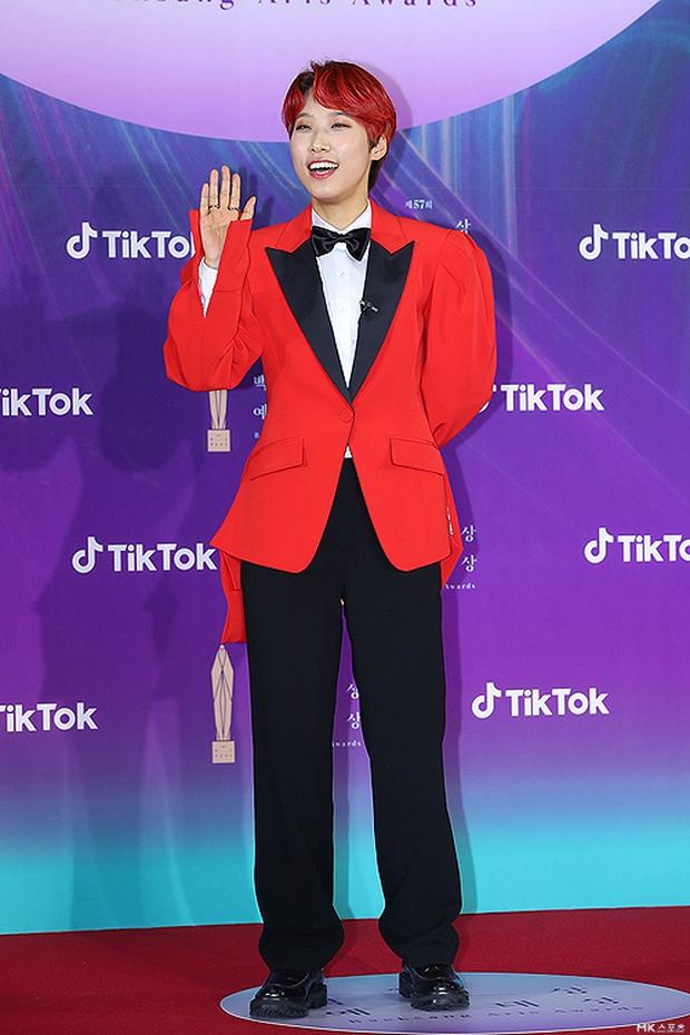 """Siêu thảm đỏ Baeksang 2021: Song Joong Ki - Kim Soo Hyun át cả nữ thần Suzy, """"ác nữ"""" Kim So Yeon o ép vòng 1 dẫn đầu đoàn sao Penthouse - Ảnh 45."""