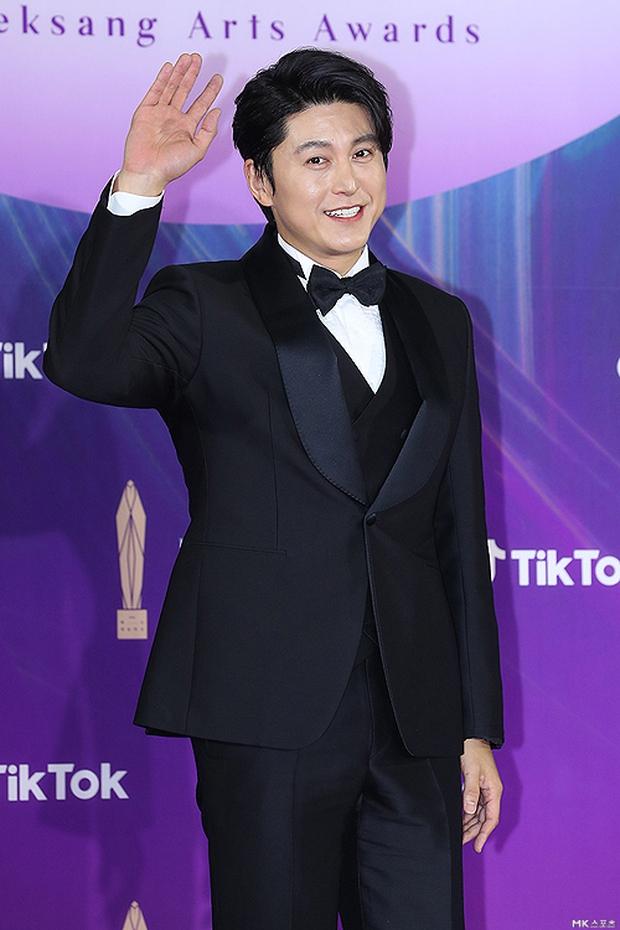 """Siêu thảm đỏ Baeksang 2021: Song Joong Ki - Kim Soo Hyun át cả nữ thần Suzy, """"ác nữ"""" Kim So Yeon o ép vòng 1 dẫn đầu đoàn sao Penthouse - Ảnh 14."""