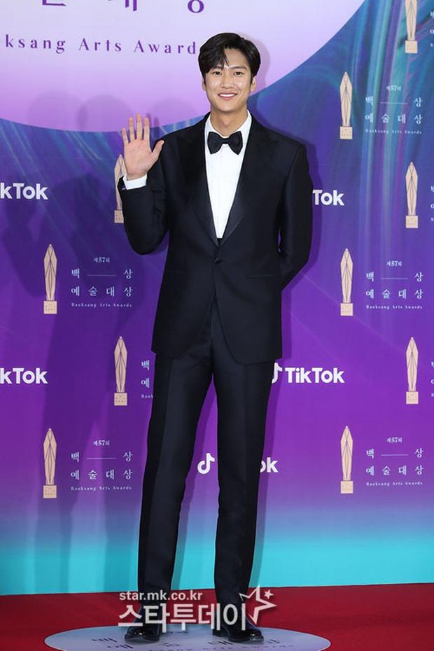 """Siêu thảm đỏ Baeksang 2021: Song Joong Ki - Kim Soo Hyun át cả nữ thần Suzy, """"ác nữ"""" Kim So Yeon o ép vòng 1 dẫn đầu đoàn sao Penthouse - Ảnh 25."""