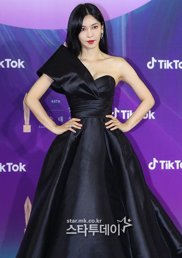 """Siêu thảm đỏ Baeksang 2021: Song Joong Ki - Kim Soo Hyun át cả nữ thần Suzy, """"ác nữ"""" Kim So Yeon o ép vòng 1 dẫn đầu đoàn sao Penthouse - Ảnh 5."""
