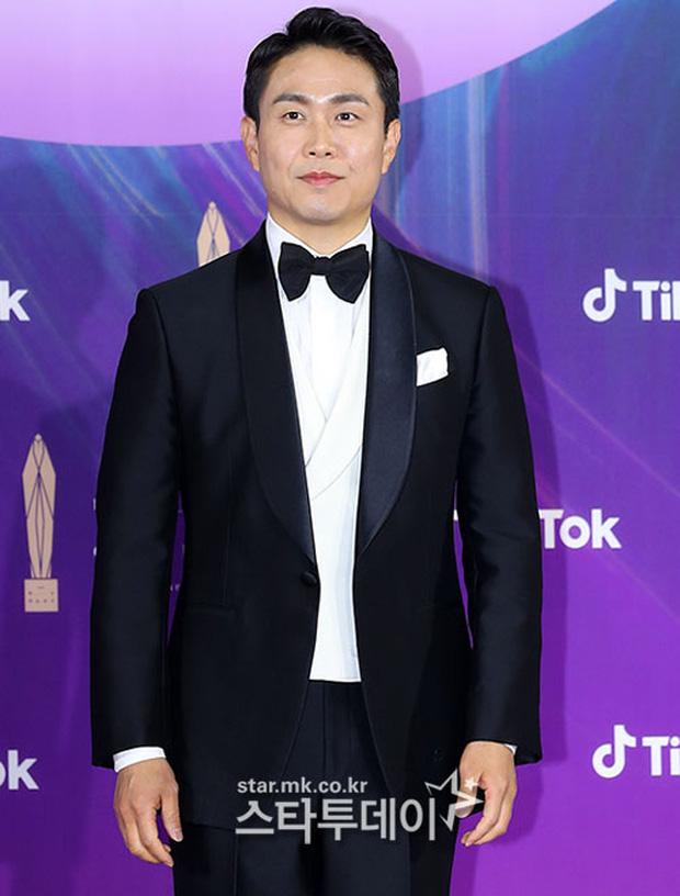 """Siêu thảm đỏ Baeksang 2021: Song Joong Ki - Kim Soo Hyun át cả nữ thần Suzy, """"ác nữ"""" Kim So Yeon o ép vòng 1 dẫn đầu đoàn sao Penthouse - Ảnh 22."""