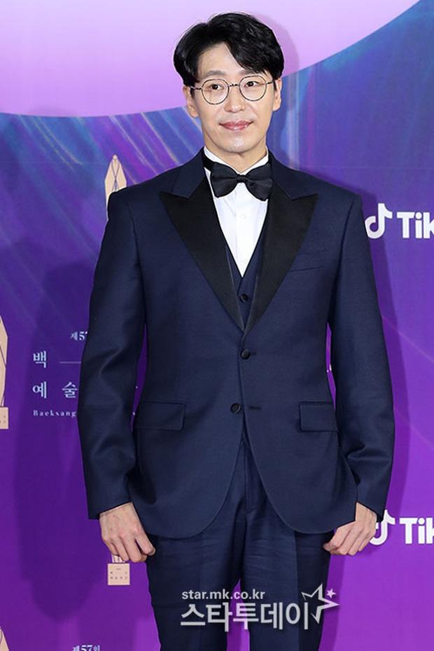 """Siêu thảm đỏ Baeksang 2021: Song Joong Ki - Kim Soo Hyun át cả nữ thần Suzy, """"ác nữ"""" Kim So Yeon o ép vòng 1 dẫn đầu đoàn sao Penthouse - Ảnh 8."""