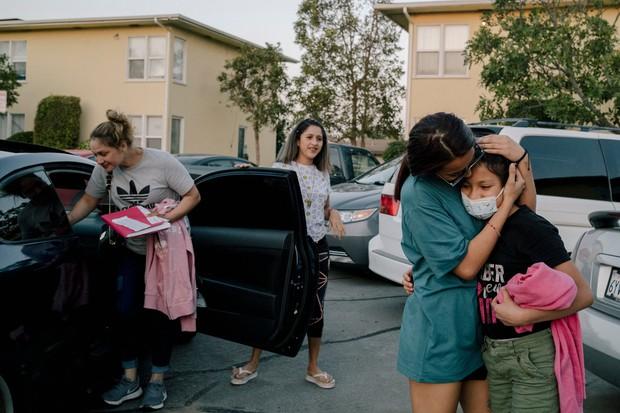 Liệu con có nhận ra mẹ không?: Những đứa trẻ vượt ngàn dặm đường để gặp mẹ sau cả thập kỷ xa cách, rồi chẳng nhận ra nhau - Ảnh 2.