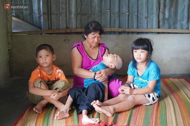 3 đứa trẻ bệnh tật, đói ăn trong căn chòi rách nát: Mấy bạn nói nhà con nghèo, có anh trai bại não nên không được chơi chung - Ảnh 12.