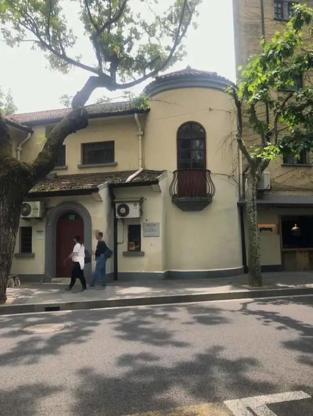 Chiếc ban công bỗng trở thành điểm check in nổi tiếng, chủ nhân căn nhà buộc phải dọn đi vì không chịu nổi các du khách - Ảnh 3.