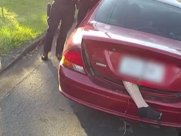 Thấy bàn chân thò ra từ cốp ô tô đầy rùng rợn, cảnh sát đuổi theo chặn xe nhưng cảnh tượng sau đó khiến ai nấy ngã ngửa - Ảnh 1.