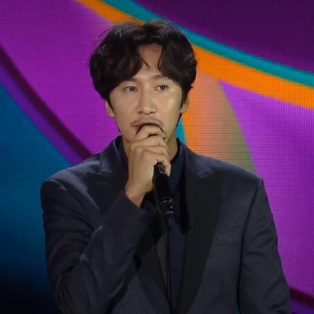 Lee Kwang Soo lần đầu xuất hiện trực tiếp trước khán giả sau khi thông báo rời Running Man - Ảnh 2.