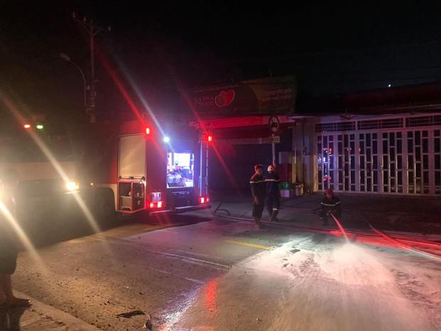 TP.HCM: Hung thần xe ben tông gãy cột điện, cháy nổ vang trời khiến cả nghìn hộ dân bị mất điện - Ảnh 2.