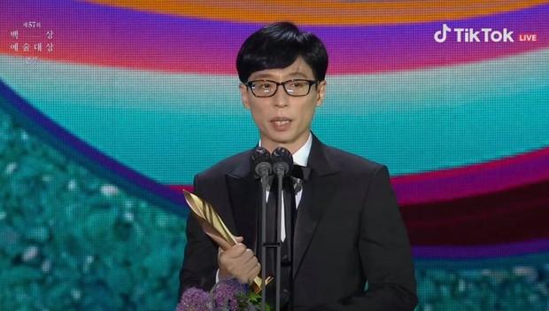 Yoo Jae Suk thắng lớn tại Baeksang 2021, lập kỷ lục nghệ sĩ duy nhất Kbiz ẵm 17 giải Daesang trong sự nghiệp! - Ảnh 1.