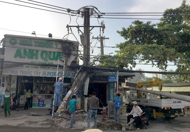 TP.HCM: Hung thần xe ben tông gãy cột điện, cháy nổ vang trời khiến cả nghìn hộ dân bị mất điện - Ảnh 3.