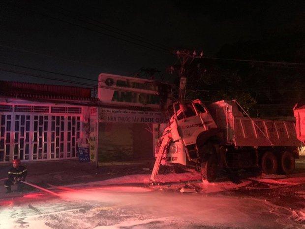 TP.HCM: Hung thần xe ben tông gãy cột điện, cháy nổ vang trời khiến cả nghìn hộ dân bị mất điện - Ảnh 1.