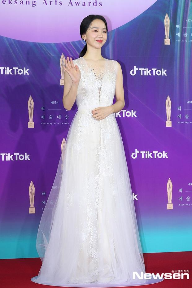 """Siêu thảm đỏ Baeksang 2021: Song Joong Ki - Kim Soo Hyun át cả nữ thần Suzy, """"ác nữ"""" Kim So Yeon o ép vòng 1 dẫn đầu đoàn sao Penthouse - Ảnh 15."""