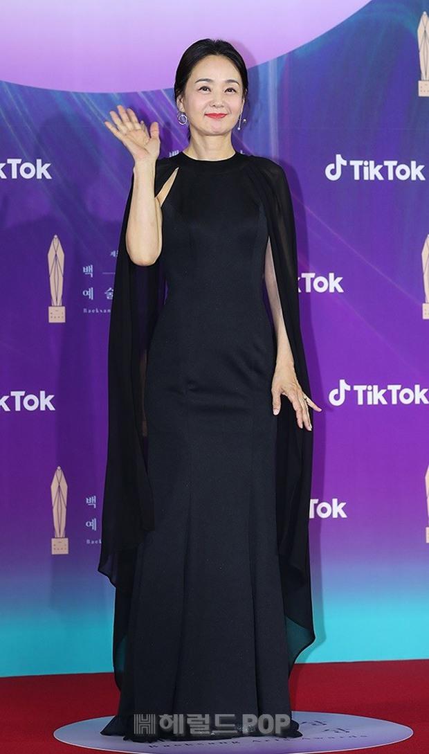 """Siêu thảm đỏ Baeksang 2021: Song Joong Ki - Kim Soo Hyun át cả nữ thần Suzy, """"ác nữ"""" Kim So Yeon o ép vòng 1 dẫn đầu đoàn sao Penthouse - Ảnh 43."""