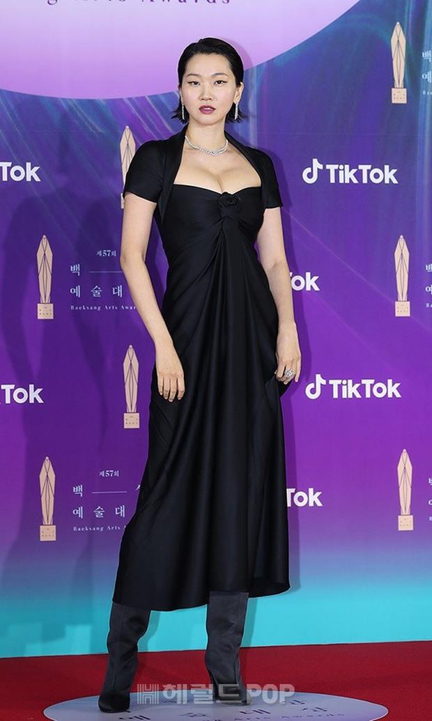 """Siêu thảm đỏ Baeksang 2021: Song Joong Ki - Kim Soo Hyun át cả nữ thần Suzy, """"ác nữ"""" Kim So Yeon o ép vòng 1 dẫn đầu đoàn sao Penthouse - Ảnh 28."""