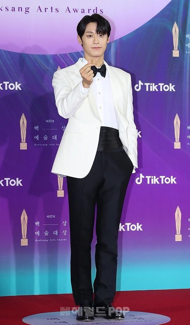 """Siêu thảm đỏ Baeksang 2021: Song Joong Ki - Kim Soo Hyun át cả nữ thần Suzy, """"ác nữ"""" Kim So Yeon o ép vòng 1 dẫn đầu đoàn sao Penthouse - Ảnh 27."""