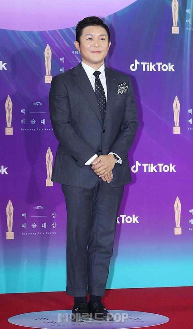 """Siêu thảm đỏ Baeksang 2021: Song Joong Ki - Kim Soo Hyun át cả nữ thần Suzy, """"ác nữ"""" Kim So Yeon o ép vòng 1 dẫn đầu đoàn sao Penthouse - Ảnh 46."""