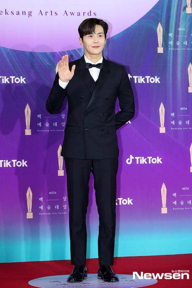 """Siêu thảm đỏ Baeksang 2021: Song Joong Ki - Kim Soo Hyun át cả nữ thần Suzy, """"ác nữ"""" Kim So Yeon o ép vòng 1 dẫn đầu đoàn sao Penthouse - Ảnh 23."""