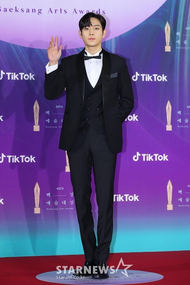 """Siêu thảm đỏ Baeksang 2021: Song Joong Ki - Kim Soo Hyun át cả nữ thần Suzy, """"ác nữ"""" Kim So Yeon o ép vòng 1 dẫn đầu đoàn sao Penthouse - Ảnh 7."""