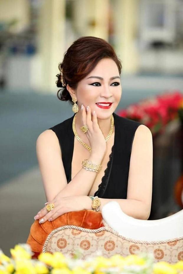 Chỉ trích cả showbiz, ai dè bà Phương Hằng lại livestream bênh vực Thuỷ Tiên ra mặt, nhưng lời nói có mâu thuẫn? - Ảnh 2.