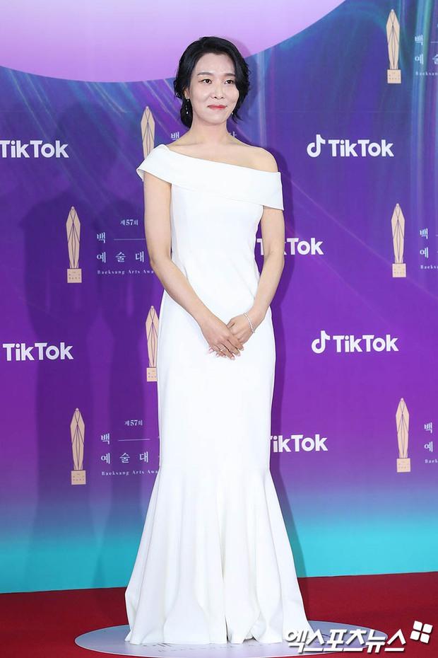 """Siêu thảm đỏ Baeksang 2021: Song Joong Ki - Kim Soo Hyun át cả nữ thần Suzy, """"ác nữ"""" Kim So Yeon o ép vòng 1 dẫn đầu đoàn sao Penthouse - Ảnh 41."""