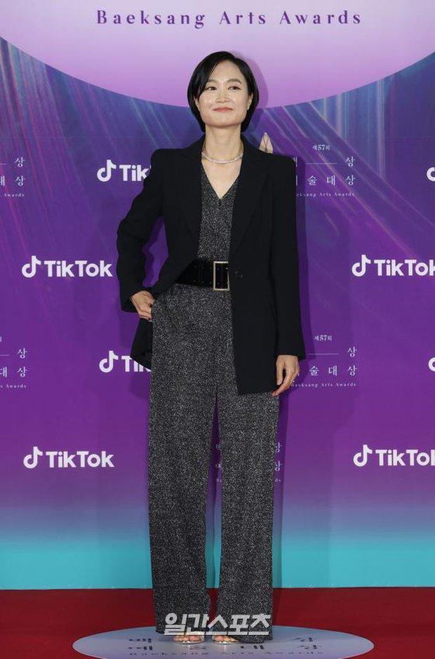 """Siêu thảm đỏ Baeksang 2021: Song Joong Ki - Kim Soo Hyun át cả nữ thần Suzy, """"ác nữ"""" Kim So Yeon o ép vòng 1 dẫn đầu đoàn sao Penthouse - Ảnh 38."""