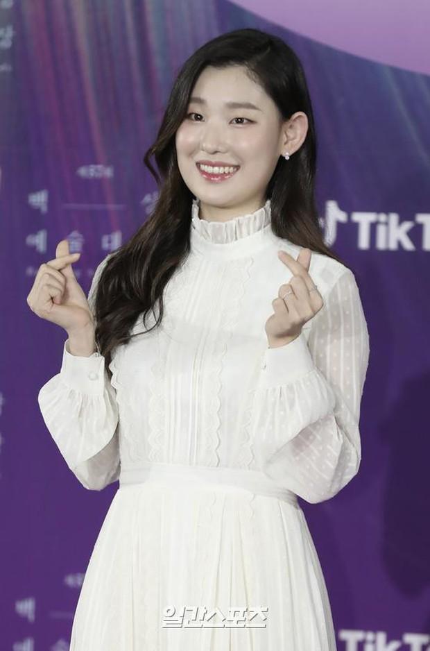 """Siêu thảm đỏ Baeksang 2021: Song Joong Ki - Kim Soo Hyun át cả nữ thần Suzy, """"ác nữ"""" Kim So Yeon o ép vòng 1 dẫn đầu đoàn sao Penthouse - Ảnh 39."""