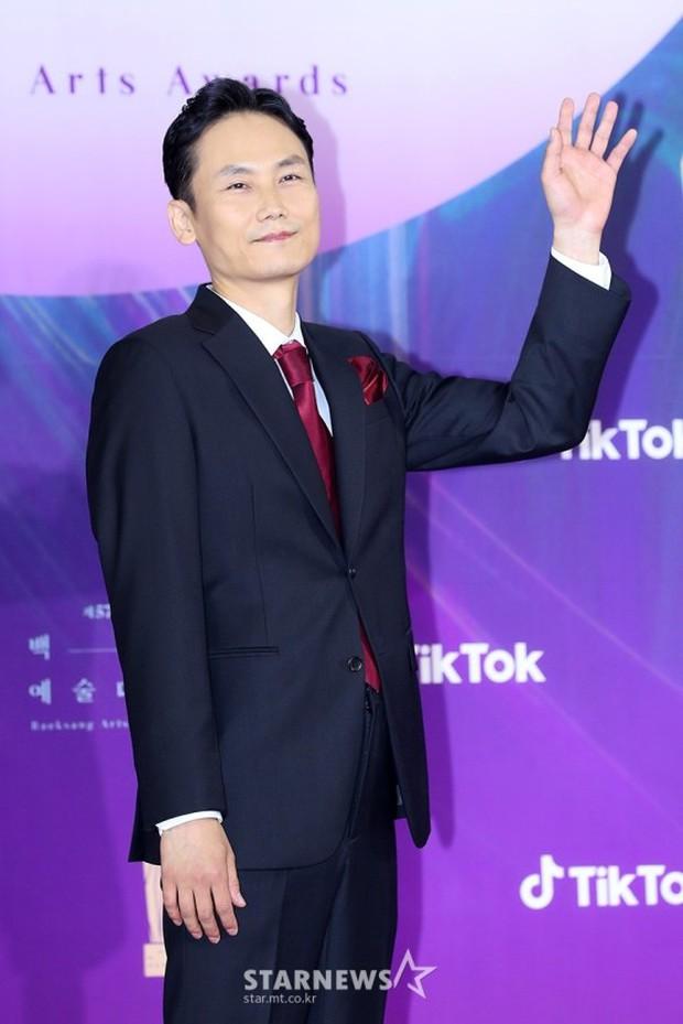 """Siêu thảm đỏ Baeksang 2021: Song Joong Ki - Kim Soo Hyun át cả nữ thần Suzy, """"ác nữ"""" Kim So Yeon o ép vòng 1 dẫn đầu đoàn sao Penthouse - Ảnh 60."""