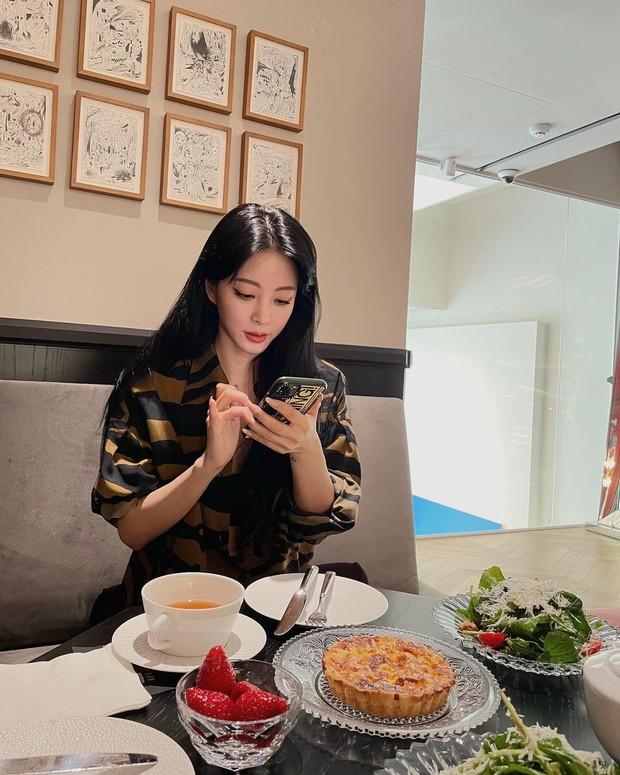 Không cần Dispatch khui, lần đầu có nữ diễn viên Hàn bá đạo tự công khai hẹn hò kèm hẳn ảnh bạn trai lên Instagram - Ảnh 2.