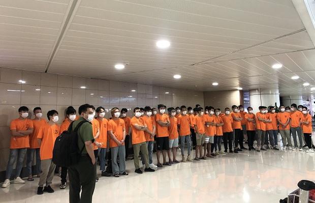 Công an trục xuất 52 người nước ngoài nhập cảnh trái phép ở Sài Gòn - Ảnh 1.