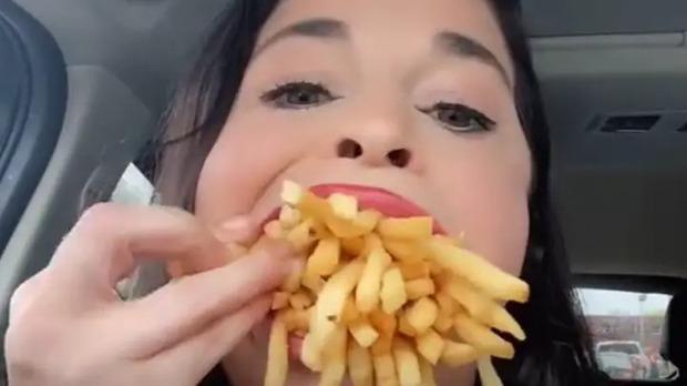 Khoe miệng siêu to có thể nhai cả thế giới, cô gái làm hội yêu ẩm thực tị nạnh vì biệt tài kỳ lạ - Ảnh 3.