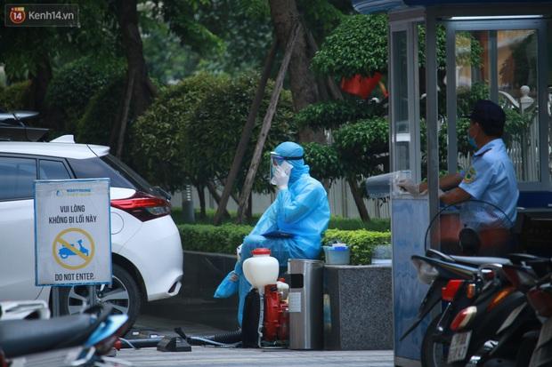 Hà Nội: Căng dây kín, phong tỏa tạm chung cư Booyoung nơi có ca dương tính SARS-CoV-2 - Ảnh 4.