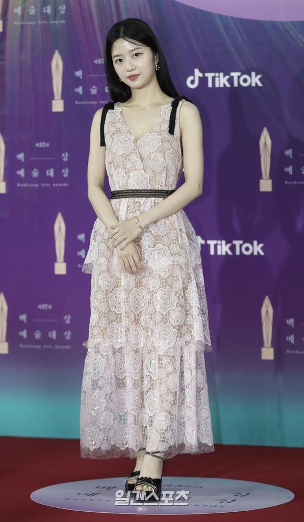 """Siêu thảm đỏ Baeksang 2021: Song Joong Ki - Kim Soo Hyun át cả nữ thần Suzy, """"ác nữ"""" Kim So Yeon o ép vòng 1 dẫn đầu đoàn sao Penthouse - Ảnh 6."""