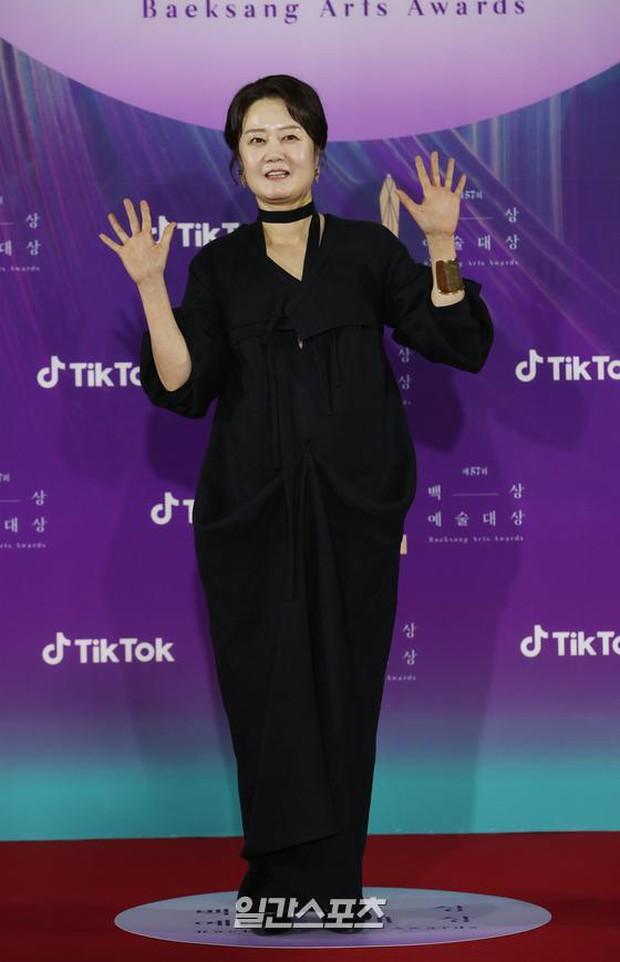 """Siêu thảm đỏ Baeksang 2021: Song Joong Ki - Kim Soo Hyun át cả nữ thần Suzy, """"ác nữ"""" Kim So Yeon o ép vòng 1 dẫn đầu đoàn sao Penthouse - Ảnh 44."""
