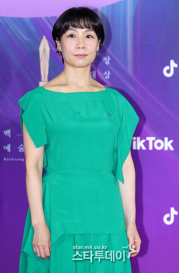 """Siêu thảm đỏ Baeksang 2021: Song Joong Ki - Kim Soo Hyun át cả nữ thần Suzy, """"ác nữ"""" Kim So Yeon o ép vòng 1 dẫn đầu đoàn sao Penthouse - Ảnh 42."""