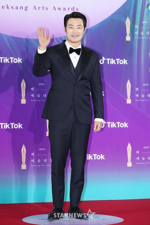 """Siêu thảm đỏ Baeksang 2021: Song Joong Ki - Kim Soo Hyun át cả nữ thần Suzy, """"ác nữ"""" Kim So Yeon o ép vòng 1 dẫn đầu đoàn sao Penthouse - Ảnh 54."""