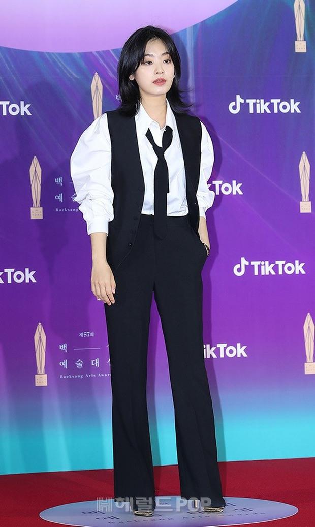 """Siêu thảm đỏ Baeksang 2021: Song Joong Ki - Kim Soo Hyun át cả nữ thần Suzy, """"ác nữ"""" Kim So Yeon o ép vòng 1 dẫn đầu đoàn sao Penthouse - Ảnh 37."""