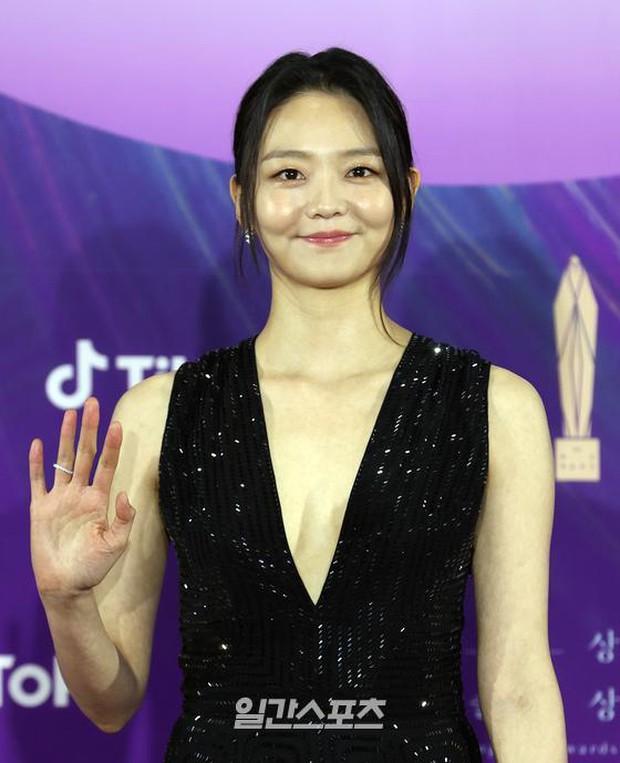 """Siêu thảm đỏ Baeksang 2021: Song Joong Ki - Kim Soo Hyun át cả nữ thần Suzy, """"ác nữ"""" Kim So Yeon o ép vòng 1 dẫn đầu đoàn sao Penthouse - Ảnh 30."""